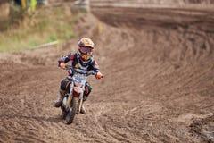 GREVENBROICH NIEMCY, PAŹDZIERNIK, - 01, 2016: Motocross jeźdza niezidentyfikowane walki dla kwalifikaci Zdjęcie Stock