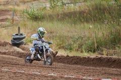 GREVENBROICH NIEMCY, PAŹDZIERNIK, - 01, 2016: Motocross jeźdza niezidentyfikowane walki dla kwalifikaci Fotografia Stock