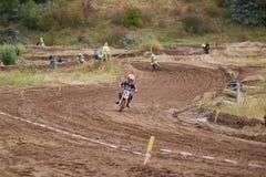 GREVENBROICH NIEMCY, PAŹDZIERNIK, - 01, 2016: Niezidentyfikowana motocross jeźdzów walka dla kwalifikaci Zdjęcie Stock