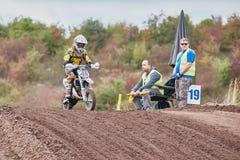 GREVENBROICH TYSKLAND - OKTOBER 01, 2016: Oidentifierad motocrossryttarekamp för kvalifikation Royaltyfria Foton