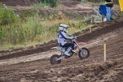 GREVENBROICH TYSKLAND - OKTOBER 01, 2016: Oidentifierade kamper för en motocrossryttare för kvalifikation Arkivbilder