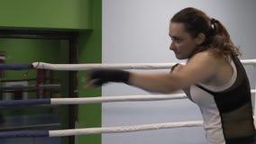 Greves do lutador da menina, imitando uma luta filme
