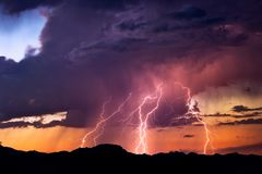 Greves dos parafusos de relâmpago durante uma tempestade Imagens de Stock Royalty Free