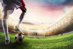 Grevista do futebol pronto aos pontapés a bola na frente do goleiros rendição 3d Imagem de Stock