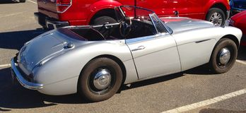 Grey Austin Healey Sports Car antiguo con clase Fotografía de archivo libre de regalías