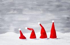 Grey Christmas Background With Santa-Hoeden en in sneeuw royalty-vrije stock fotografie