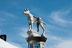 Grey Dog-beeldhouwwerk in Newtown door Linda Daniele stock foto's