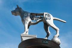 Grey Dog-beeldhouwwerk in Newtown door Linda Daniele royalty-vrije stock fotografie