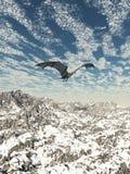 Grey Dragon Flying sopra le montagne Fotografie Stock Libere da Diritti