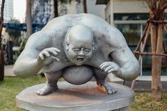 Grey Fat Guy Sculpture exterior fotos de stock