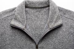 Grey Fleece Sweater Fabric Texture con la cremallera en Backgrou blanco fotografía de archivo