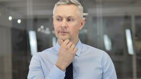 Grey Hair Businessman de pensamiento en la oficina, reunión de reflexión almacen de metraje de vídeo