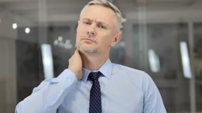 Grey Hair Businessman fatigué avec douleur cervicale, charge de travail clips vidéos
