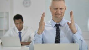 Grey Hair Businessman Upset pela falha no trabalho video estoque