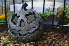 Grey Halloween-pompoen op grond stock foto's