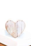 Grey Heart en bois dans le plateau blanc en bois Images libres de droits
