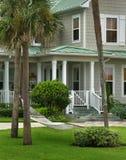 Grey House mit grünem Dach Stockfoto