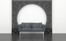 Grey Love Seat davanti all'arco decorativo del metallo Fotografie Stock Libere da Diritti
