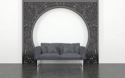 Grey Love Seat delante del arco decorativo del metal Fotos de archivo libres de regalías