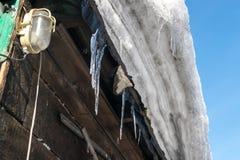 Grey Melted Snow no telhado na mola adiantada Fotografia de Stock