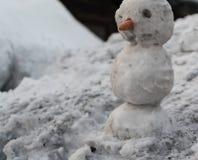Grey Melted Snowman sulla terra in primavera in anticipo Fotografie Stock