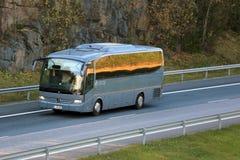 Grey Mercedes-Benz Coach Bus op Autosnelweg Stock Afbeelding