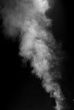 Grey Plume des Rauches auf schwarzem Hintergrund stockbild