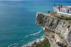 Grey Rock über blauem Meer, Nazare, Portugal Lizenzfreies Stockfoto