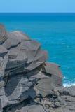 Grey Rock Formation und blauer Ozean stockfotografie