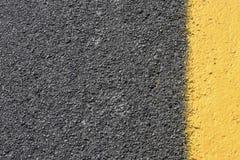 Grey scuro con la priorità bassa gialla della strada asfaltata Immagini Stock Libere da Diritti