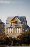 Grey Siding House avec la tente jaune photographie stock libre de droits