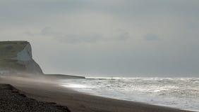 Grey Sky e luce solare sopra la baia di Seaford Fotografie Stock