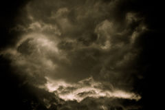 Grey Storm Clouds Filtered foncé image stock