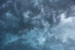 Grey Storm Clouds und ein gefährlicher Himmel stockfotografie