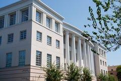 Grey Stucco Building con le colonne bianche Immagine Stock