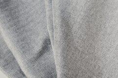 Grey Suit Fabric-Proben, Weinlesescheren und Nadeln Schneiderpersonalhintergrund Stockfoto