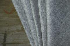 Grey Suit Fabric-Proben, Weinlesescheren und Nadeln Schneiderpersonalhintergrund Lizenzfreie Stockfotografie