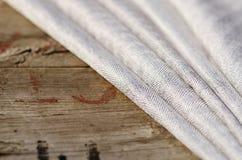Grey Suit Fabric-Proben, Weinlesescheren und Nadeln Schneiderpersonalhintergrund Stockfotografie