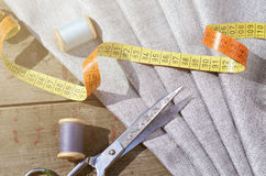 Grey Suit Fabric-Proben, Weinlesescheren und Nadeln Schneiderpersonalhintergrund Stockfotos