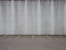 Grey Urban Ghetto Parking Lot vazio com parede fotos de stock