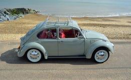 Grey Volkswagen Beetle Motor Car bleu classique garé sur la promenade de bord de mer Image stock