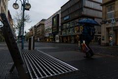 Grey Weather sopra la strada dei negozi di Mannheim vicino a Paradeplatz fotografia stock libera da diritti