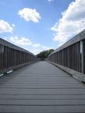 Grey Wooden Bridge och för blå himmel bild Fotografering för Bildbyråer
