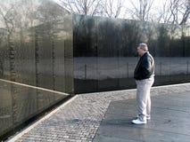 Greyhairedmens die zich voor Vietman-Gedenkteken in Washington DC Maart 2007 bevinden stock foto's