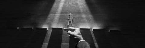 Greyscale Bild des breiten Panoramas der Hand eines Mannes, der a schützt stockfotos