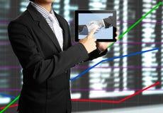 Gráfico de la pantalla táctil de la mano en una tablilla Imagen de archivo libre de regalías