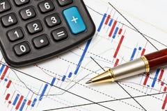 Gráfico de negócio e um magnifier Fotos de Stock Royalty Free