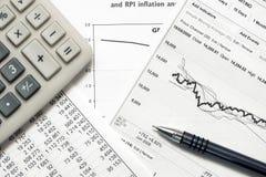 Gráficos y cartas del mercado de acción de la contabilidad financiera Fotografía de archivo libre de regalías