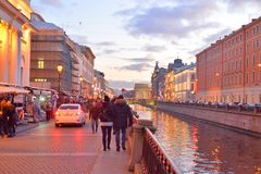 Griboedov运河的堤防晚上 库存图片
