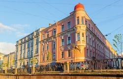 Griboyedov运河的堤防的壁角房子 库存图片